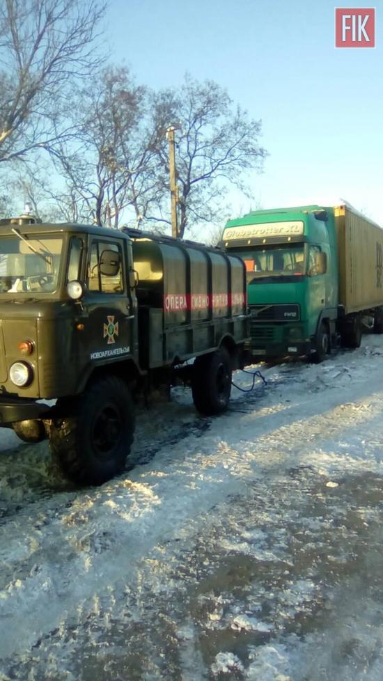 Для надання допомоги водіям, чиї автомобілі опинились на складних ділянках автошляхів, продовжує працювати спеціальна техніка Управління ДСНС у Кіровоградській області.