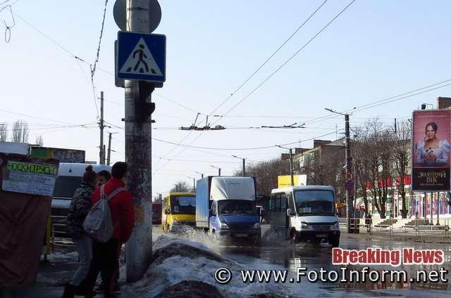 Мешканці у місті скоро ходитимуть хіба у гумових чоботах. Купи сніга тануть , тож рівень води на дорогах та тротуарах піднімається