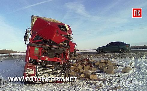 о 04:00 на 607 км автодороги Стрий – Тернопіль – Кіровоград у Новоархангельському районі сталася дорожньо-транспортна пригода, в результаті якої дві особи загинули.