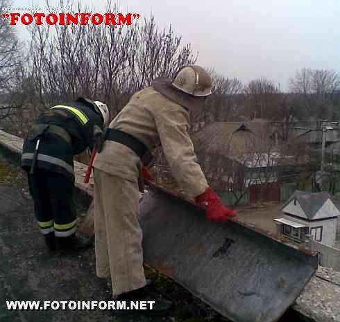Кіровоград та селище Голованівськ: рятувальники ліквідували наслідки поривів вітру (ФОТО)