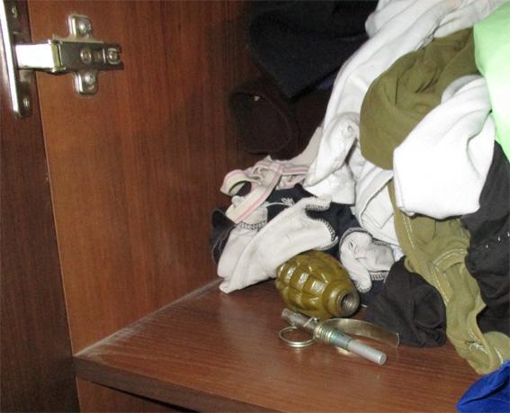 Предмет, схожий на гранату Ф-1, та запал до неї, працівники поліції виявили у будинку в одному з сіл Новоукраїнського району.