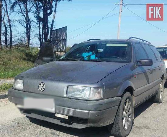 На 244 кілометрі автодороги «Київ-Знам'янка», в Олександрівському районі працівники роти реагування патрульної поліції за порушення правил дорожнього руху зупинили автомобіль «Volkswagen Passat». Водієм виявився 44-річний житель Черкащини.