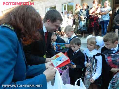 Кіровоградські митники привітали школярів з першим дзвоником та провели відкритий урок для учнів випускних класів (фото)