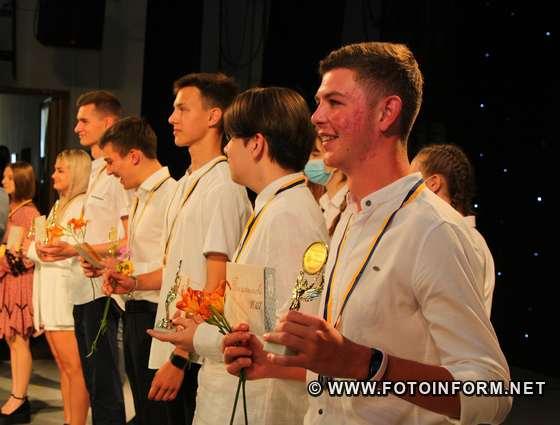 фото ігоря філіпенка, У Кропивницькому кращі випускники шкіл отримали золоті та срібні медалі (фоторепортаж)