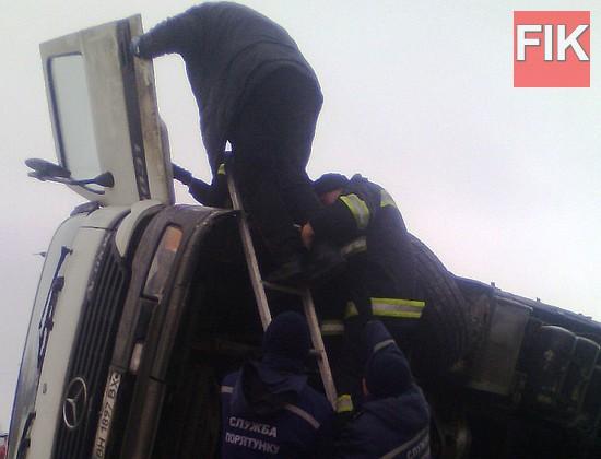15 грудня о 10:03 до Служби порятунку «101» надійшло повідомлення про те, що на 24 км траси Благовіщенське-Миколаїв вантажний автомобіль «Mercedes-Actros» з'їхав у кювет.