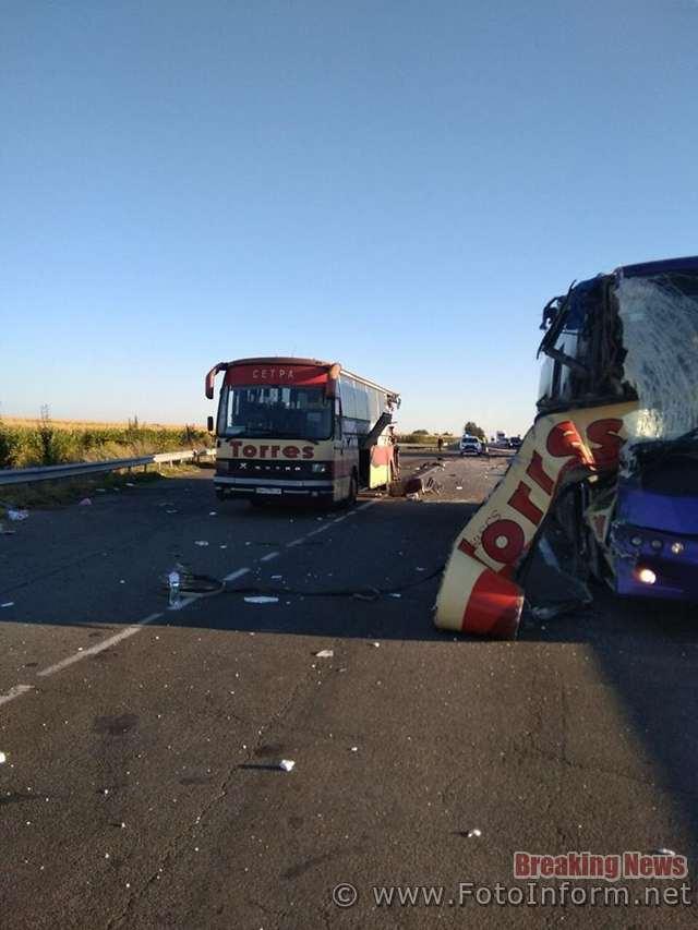 Сьогодні вночі в Благовіщенському районі на Кіровоградщині сталася аварія - зіштовхнулися два пасажирські автобуси. Подія сталася на автомобільній дорозі державного значення М - 05 Київ - Одеса.