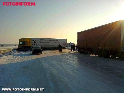 14 грудня приблизно о 07:00 на 240 км траси «Київ-Одеса» через ожеледицю сталося зіткнення 3 вантажних автомобілів.