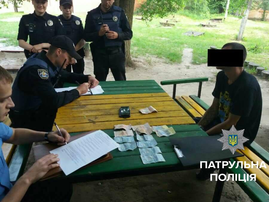 Сьогодні близько 6-ої години ранку інспектори, під час патрулювання вулиці 50 років Жовтня, отримали повідомлення про пограбування.