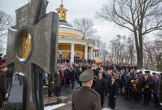 Президент Петро Порошенко разом з дружиною Мариною Порошенко вшанували пам'ять оборонців української державності, які загинули у бою поблизу селища Крути.