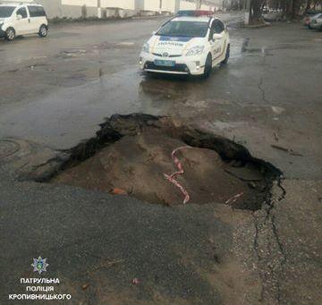 Працівники патрульної поліції Кропивницького щодня здійснюють контроль за станом утримання вулично-дорожньої мережі. За результатами такої перевірки було виявлено значну ямковість на дорогах, що суттєво впливає на безпеку дорожнього руху.