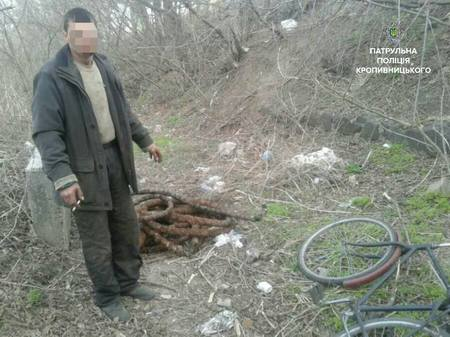 """""""Невідомі особи намагаються викрасти силовий кабель, на вулиці Поповича"""", - таке повідомлення отримали патрульні сьогодні, 26 березня, близько 7- ї години ранку."""