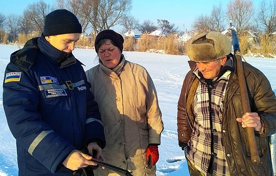Як тільки починаються морози, любителі підлідного лову поспішають зайняти своє місце біля лунки на замерзлій водоймі.