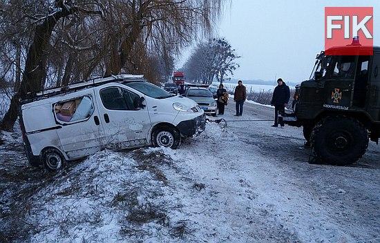 Впродовж доби 17 грудня рятувальники Кіровоградщини неодноразово залучались до надання допомоги водіям транспортних засобів, які потрапили на ускладнені ділянки дороги та не змогли самостійно вибратись з них.