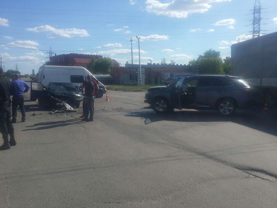 """Біля 16-00 у Кропивницькому сталося зіткнення авто Skoda Felicia і Lexus біля """"ЛІани"""". Водія Skoda Felicia шпиталізували із попереднім діагнозом- перелом ребер."""