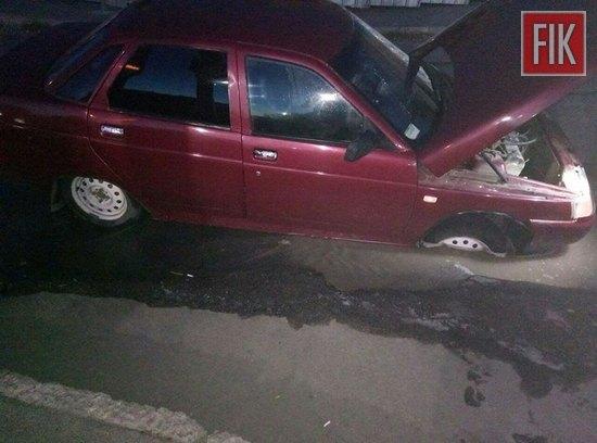 Водій ВАЗ 2110 рухався по вулиці Вокзальній, повернув на вулицю Габдрахманова та в`їхав у яму вщент наповненою водою. Поряд знаходився люк.