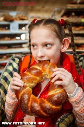 Те, що для дорослих і здорових людей видається звичним, для дітей може стати дивовижною казкою. Тим більше для дітей особливих – з обмеженими фізичними можливостями. Саме для таких діток напередодні Різдва колектив ТОВ «Кіровоградхліб» влаштував справжню подорож у хлібне царство