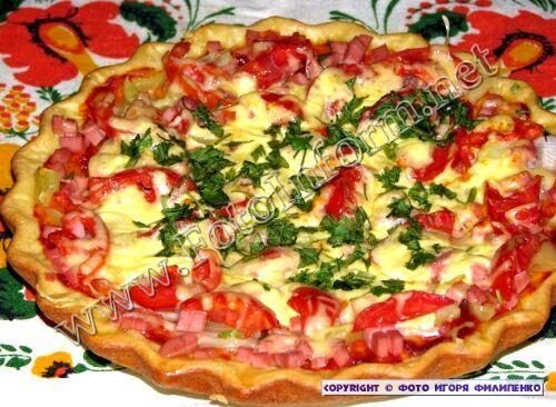 Сегодня я с кировоградцами хочу поделиться рецептом пиццы, которая готовится довольно просто, но в тоже время получается вкусной, сочной и довольно привлекательной.