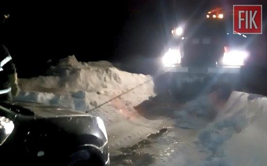 За минулу добу пожежно-рятувальні підрозділи Управління ДСНС в області 5 разів залучались для буксирування автомобілів, які потрапили на ускладнені ділянки автодоріг у Вільшанці, Гайвороні, Бобринецькому та Олександрівському районах.