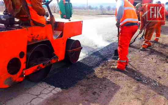 Дорожники працюють без вихідних на аварійному ямковому ремонті, щоб з першого червня активно розпочати будівельний сезон.