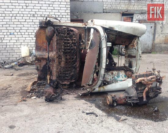 Житель міста Світловодськ за допомогою буксирувального тросу на автівці товариша вивіз із чужого гаража транспортний засіб, а також викрав запчастини та продав.
