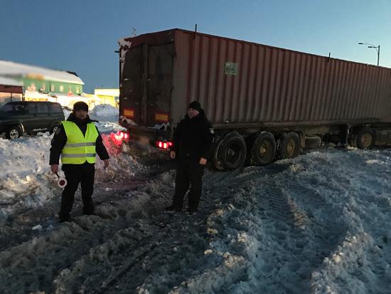 У зв'язку з ускладненням на території області погодних умов, поліцейські спільно з представниками інших відомств вживають заходів щодо надання необхідної допомоги водіям транспортних засобів.