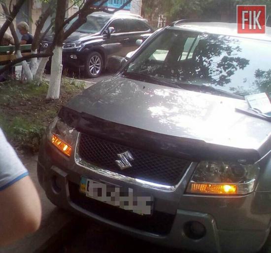 Вчора по вулиці Комарова, у дворі водій ВАЗ 2043 під час руху заднім ходом не переконався в безпечності руху та здійснив наїзд на т. з. Сузукі, який перебував у нерухомому стані.