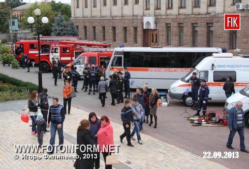 Кіровоград: урочистості рятувальників на центральній площі міста (фоторепортаж)