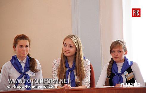 Кіровоград: у міській раді відбулася позачергова сесія міського шкільного парламенту (фоторепортаж)