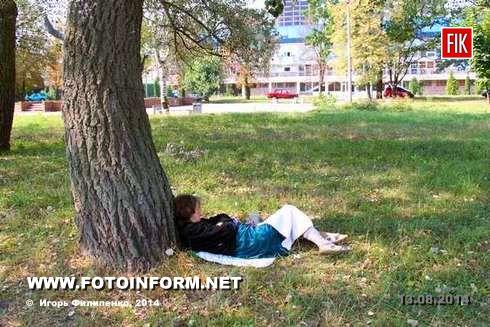 Некоторые жители нашего города любят полежать в сквере возле спортшколы.