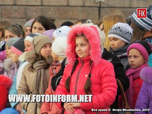 Сегодня, 4 марта, сотни кировоградцев вышли на центральную площадь нашего города, чтобы принять участие в массовом музыкальном флешмобе.