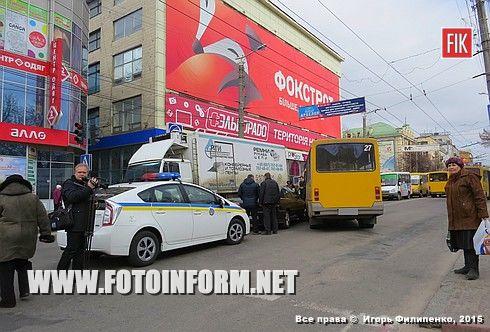 Сегодня, 12 марта, около 10:15 в самом центре Кировограда произошло ДТП.