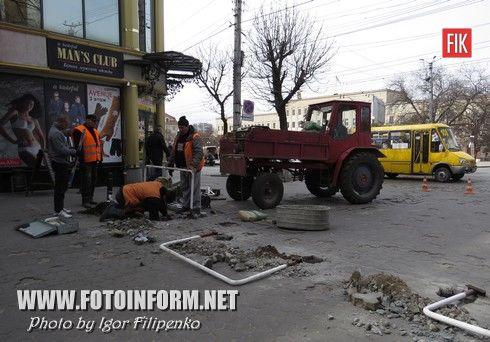 Вчера в центре Кировограда продолжились работы по установке ограничителей по улице Дворцовой.