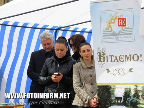 Сегодня, 23 апреля, на центральной площади нашего города проходит книжная выставка - ярмарок «Весняний книговир».