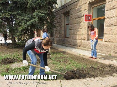 Сегодня, 25 апреля, возле помещения КОГТРК кипела работа. Сотрудники компании , журналисты решили тоже внести свой вклад в благоустройстве нашего города.