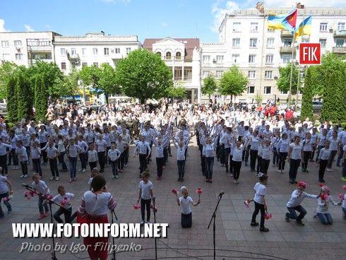 Сьогодні, 8 травня, у День пам'яті та примирення, учні кіровоградських шкіл вшанували пам'ять полеглих у Другій світовій війні та воїнів української армії, що загинули на Сході України.