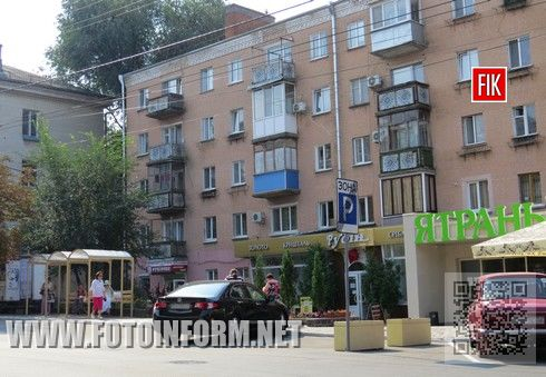 На остановке общественного транспорта по улице Шевченко водителям иномарок видно законы и правила не нужны.