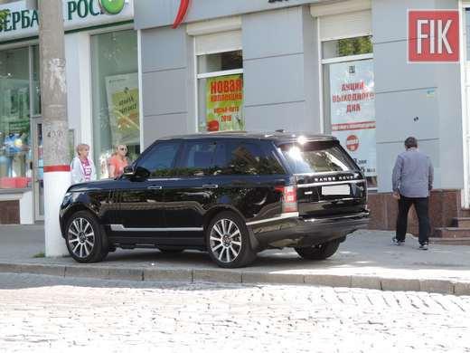 Некоторые кировоградцы паркуют свои любимые автомобили, где хотят и как хотят.