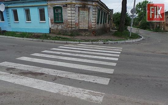 Для безопасности пешеходов и движения транспорта на улицах Кировограда проводят работы по восстановлению дорожной разметки.