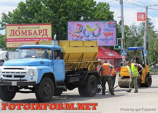 Сегодня, 18 мая, в районе Крытого рынка ведутся ремонтные работы дорожного полотна. Дорожная служба производит ямковый ремонт проезжей части дороги.