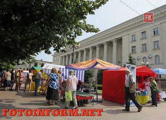 Сегодня, 29 июля, на площади возле Кировоградского городского совета проходит ярмарка. Мероприятие приурочено к празднованию Дня работников торговли.