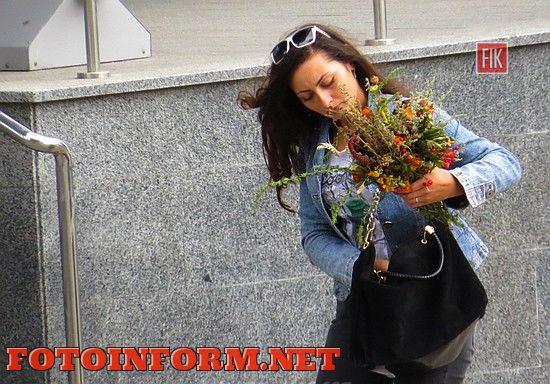 """А на улицах города можно было увидеть кропивничан с """"маковийским цветком"""","""
