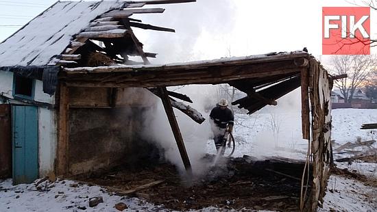 21 грудня о 06:58 до Служби порятунку «101» надійшло повідомлення про пожежу господарчої споруди у с. Хмельове Маловисківського району.