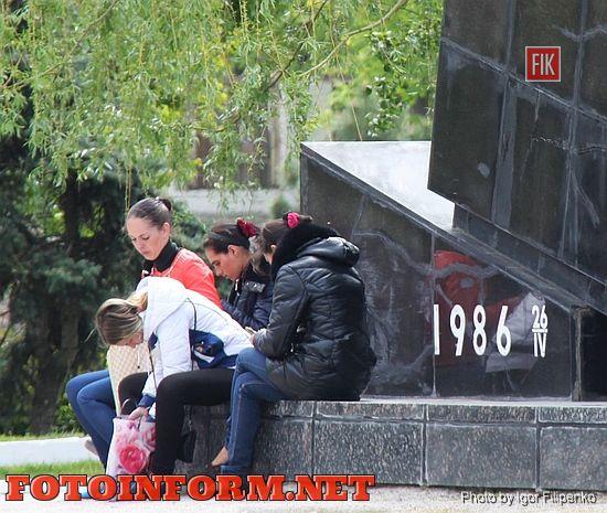 В Кировограде молодежь облюбовала памятник «Жертвам Чернобыля» для посиделок.