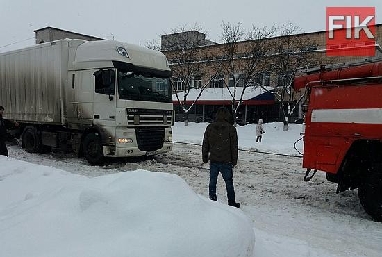 За минулу добу, 10-11 січня, рятувальники Служби порятунку Кіровоградської області продовжували допомагати водіям, чиї автомобілі опинились у полоні негоди.