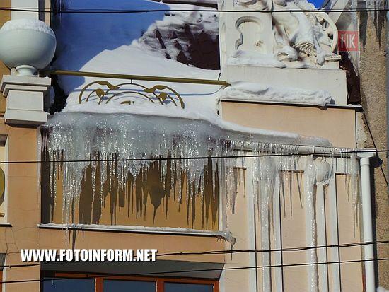 Кропивницкий: ледяные «убийцы» ждут свою жертву, сосульки на домах в центре Кропивницкого