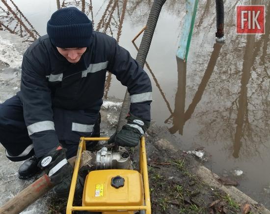 За минулу добу пожежно-рятувальні підрозділи Кіровоградської області тричі виїжджали для надання допомоги населенню по відкачці талих вод, які загрожували підтопленням приватних домоволодінь.
