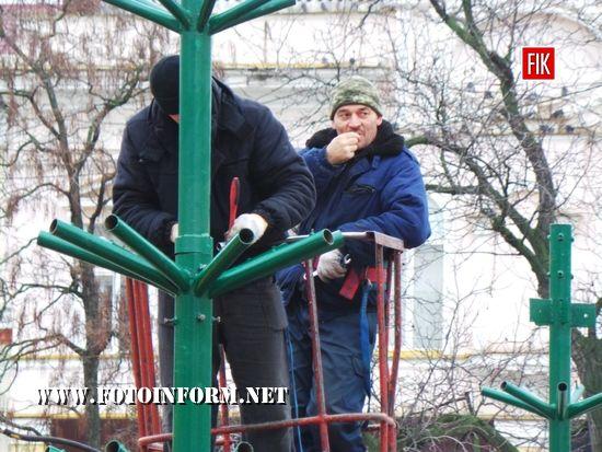У Кропивницькому на головній площі міста встановлюють ялинку (ФОТО)