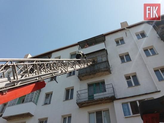 6 травня о 13:35 до Служби порятунку «101» надійшло повідомлення про те, що на балконі 4 поверху п'ятиповерхівки на пр-ті Соборному м. Олександрія зачинилась літня жінка 1939 р.н. та не може самостійно потрапити у квартиру.