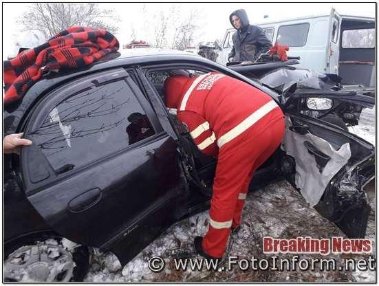 На Кіровоградщині рятувальники дістали чоловіка із понівеченого в ДТП авто