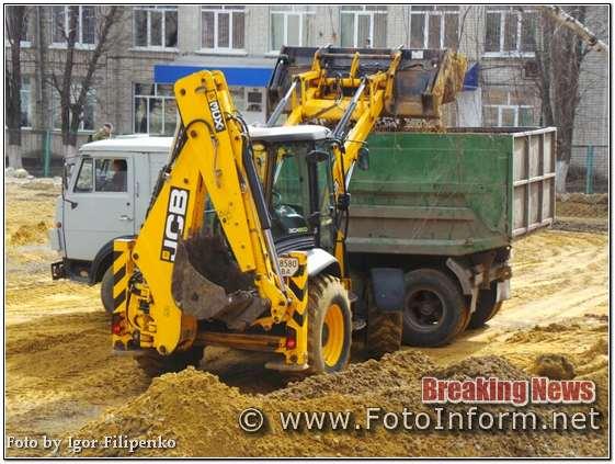 Вже другий день на спортивному комплексі біля НВО №16 проводяться будівельні роботи, повідомляє FOTOINFORM.NET